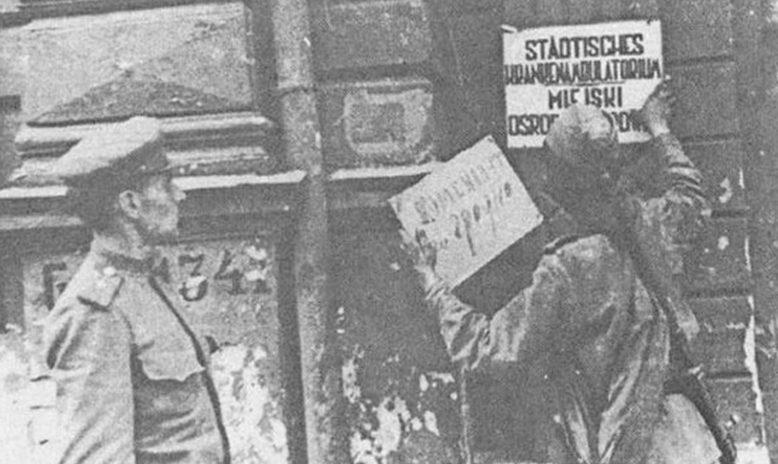 Смена немецких вывесок. 1944 г.