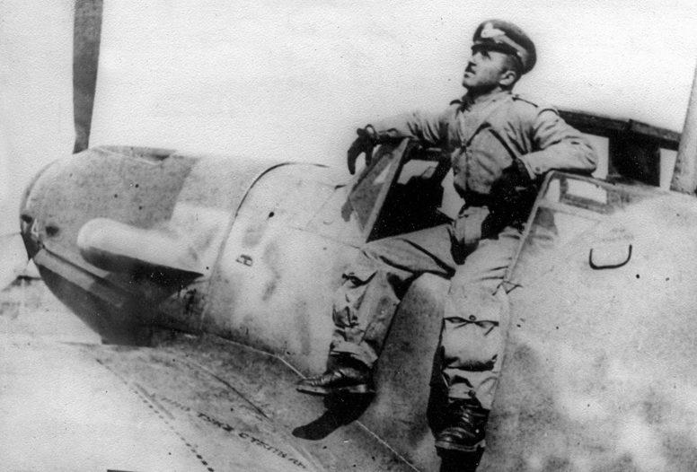 Поручик болгарских ВВС у истребителя немецкого производства Мессершмитт Bf.109G-6. 1944 г.