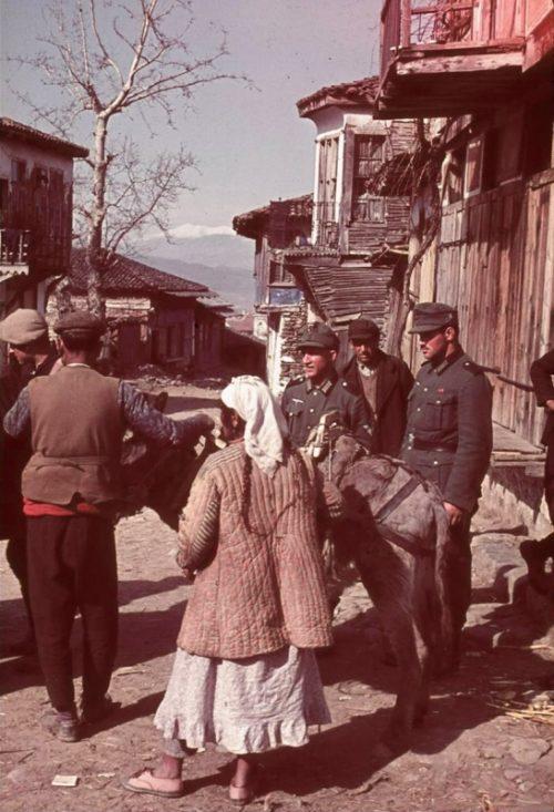 Солдаты Вермахта в болгарском поселке. Весна 1944 г.