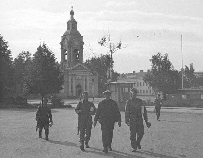 Финские солдаты на улицах города. 1941 г.