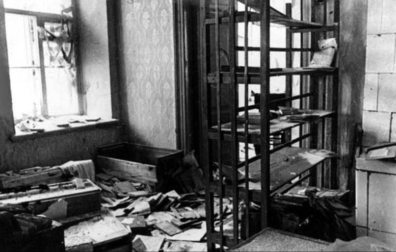 Разоренное оккупантами помещение городской библиотеки. Декабрь 1941 г.