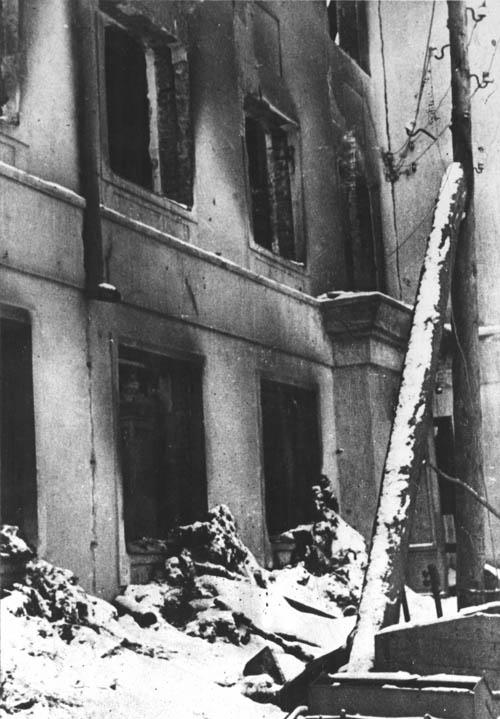 Школа № 14 (ул. Вагжанова), превращенная в конюшню, а затем сожженная. Декабрь 1941 г.