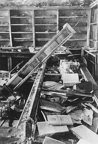 Книжный магазин у вагоностроительного завода. Декабрь 1941 г.