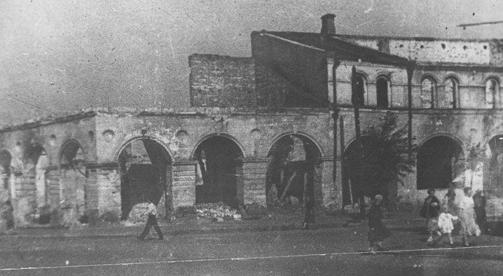Разрушенный драматический театр. Декабрь 1941 г.