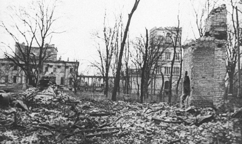 Разрушенный дворец Паскевичей в освобожденном Гомеле. 1944 г.