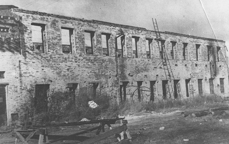 Разрушенный замшевый цех кожзавода «Красный Октябрь». Декабрь 1941 г.