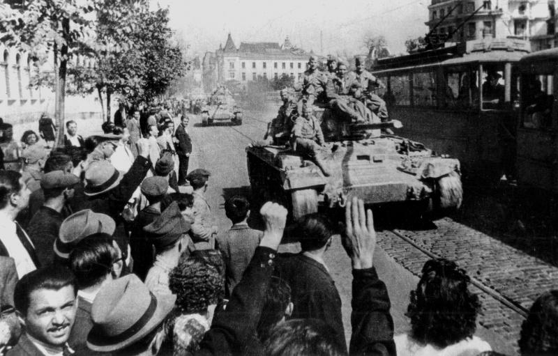 Жители Софии приветствуют советских солдат. Сентябрь 1944 г.