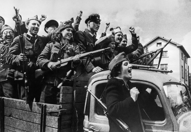 Бойцы Отечественного фронта Болгарии на улице освобожденной Софии. Сентябрь 1944 г.