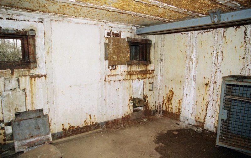 Амбразуры блока №4 снаружи и внутри.