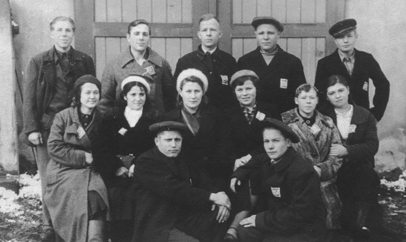 Остарбайтеры из Витебска перед отправкой в Германию. 1942 г.