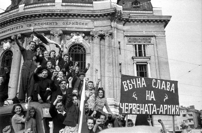 Жители Софии встречают освободителей. 16 сентября 1944 г.