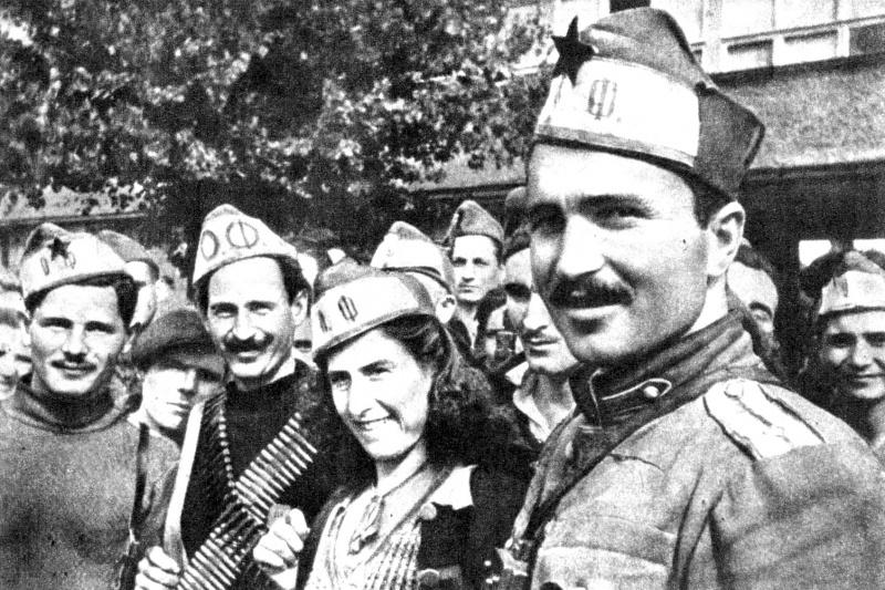 Командир болгарской партизанской бригады «Чавдар» Добри Джуров и его бойцы. Сентябрь 1944 г.