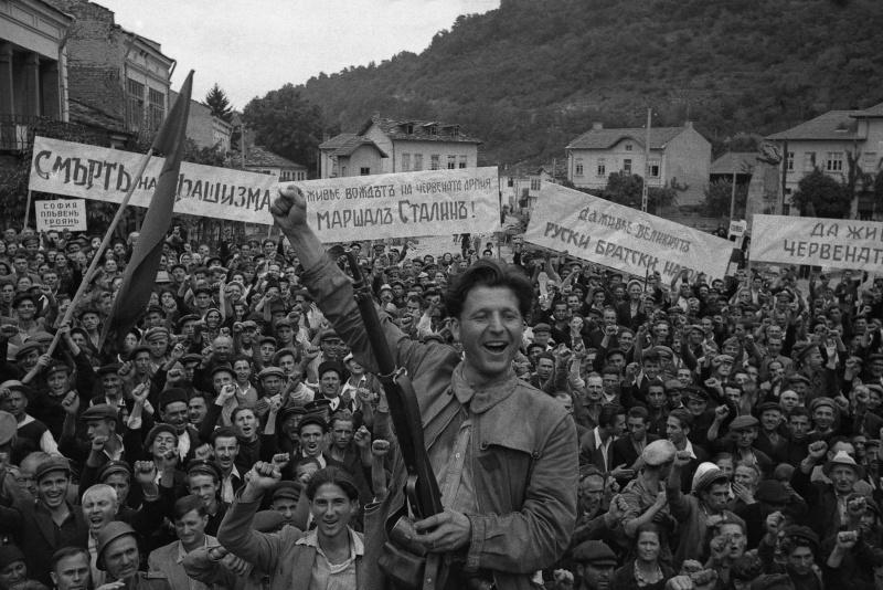 Жители болгарского городка празднуют освобождение от немцев. Сентябрь 1944 г.