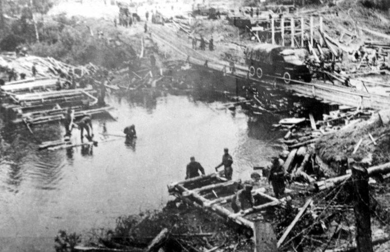 Красноармейцы строят мост на подступах к Выборгу. Июнь 1944 г.