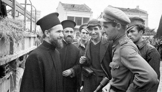 Советские солдаты среди жителей освобожденной Софии. 12 октября 1944 г.