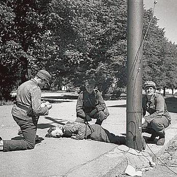 Первая помощь финскому раненному в уличном бою. Июнь 1944 г.