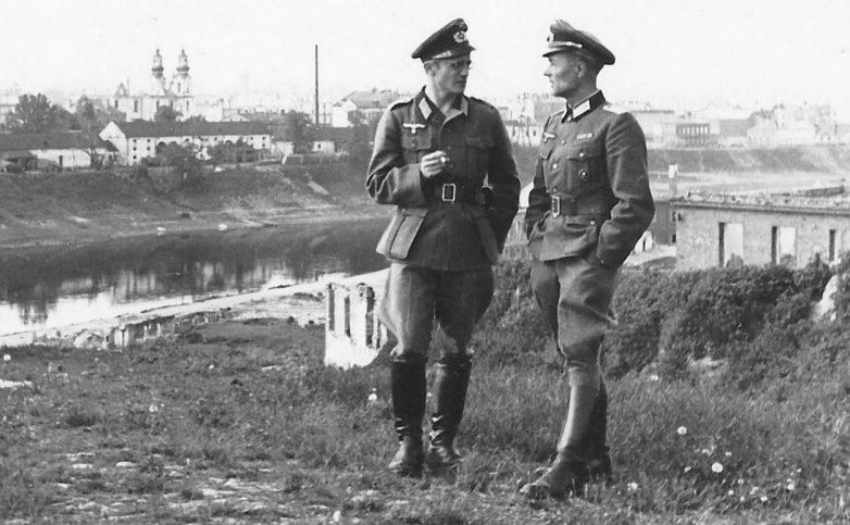 Немецкие офицеры на фоне Задвинья. 1943 г.