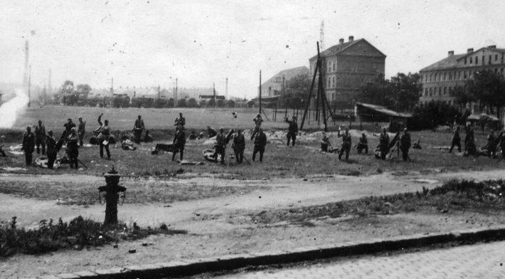 Батарея советских 120-мм полковых минометов ведет огонь по Выборгу. Июнь 1944 г.
