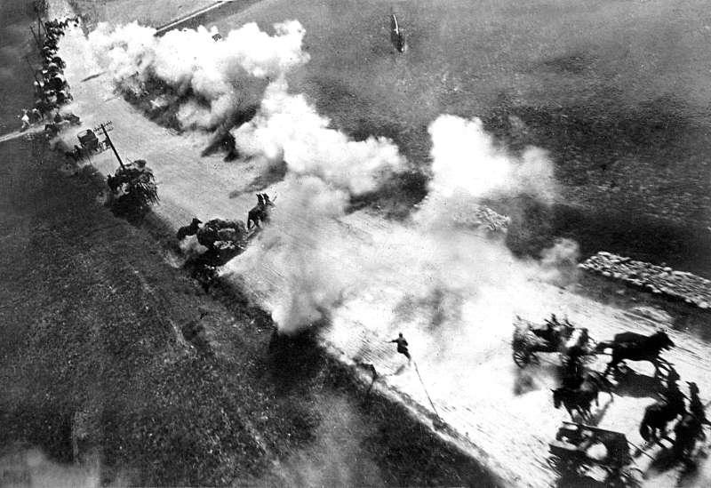 Бомбежка немецкого обоза под Витебском советским ИЛ-2. Июнь 1944 г.