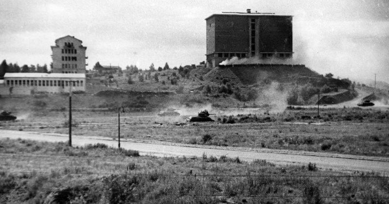 Т-34 в наступлении на окраине города. Июнь 1944 г.