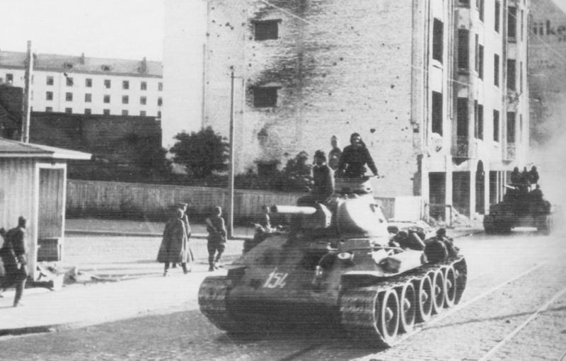 Советские танки Т-34 в городе. Июнь 1944 г.