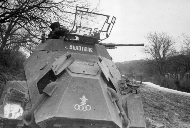 Болгарские разведчики на немецком легком бронеавтомобиле Sd.Kfz. 222. 1944 г.