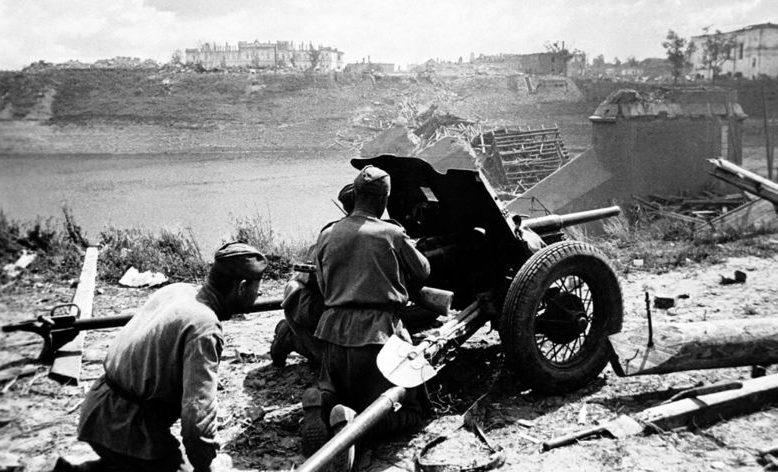 Советские артиллеристы у Двинского моста. Июнь 1944 г.