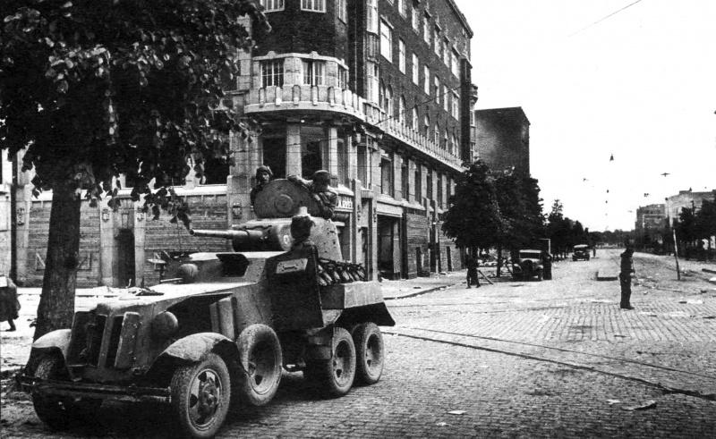 Советский бронеавтомобиль БА-10 на улице Выборга. Июнь 1944 г.