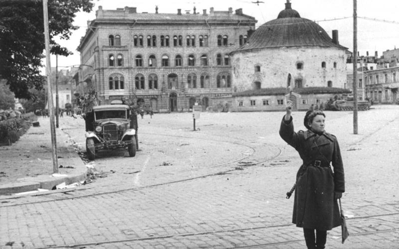 Советская регулировщица на улице освобожденного Выборга. Июнь 1944 г.