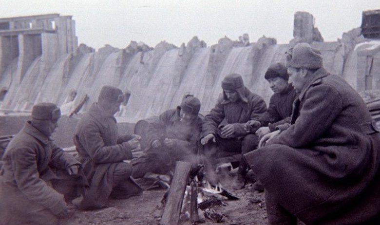 Советские бойцы у плотины. Октябрь 1943 год.