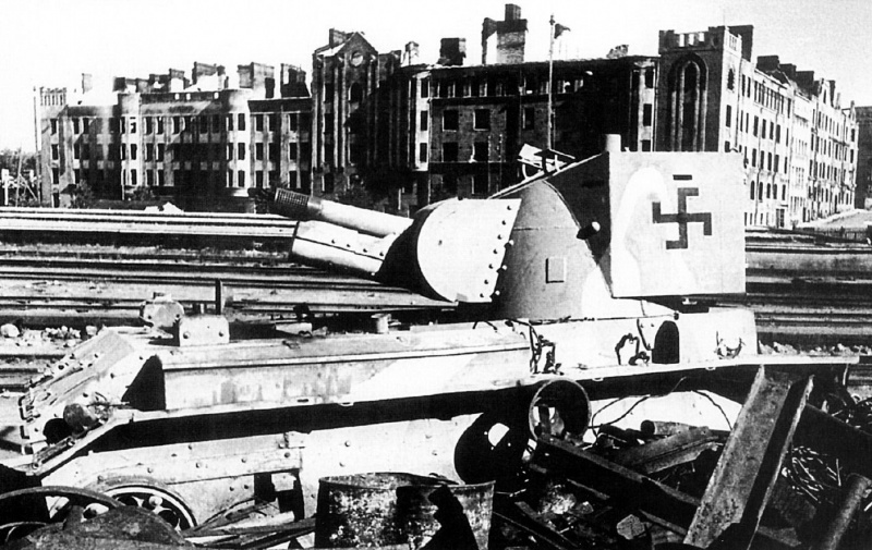 Финское самоходное штурмовое орудие, подбитое на железнодорожной станции. Июнь 1944 г.
