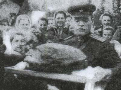 Жители Запорожья встречают воинов-освободителей. Октябрь 1943 г.