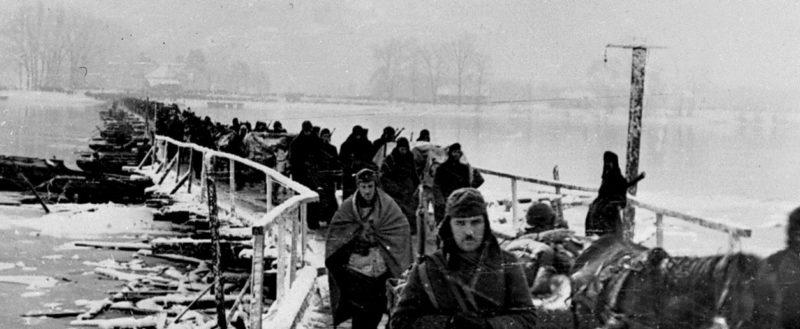 Болгарские части пересекают реку Дунай у села Бездан. Венгрия, 2 января 1945 г.