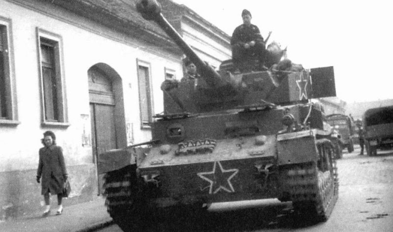 Трофейный танк на службе болгарской армии. Венгрия, 2 марта 1945 г.