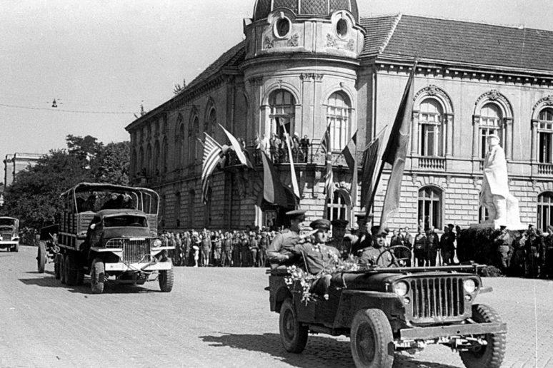 Торжественный марш колонны советских войск по улице Софии. Май 1945 г.