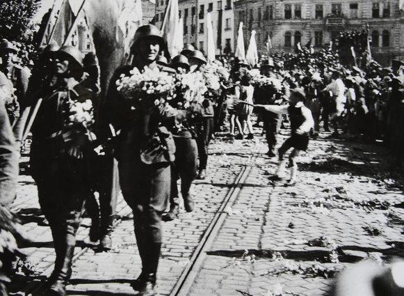 София приветствует 1-ю болгарскую армию после возвращения с фронта. 17 июня 1945 г.
