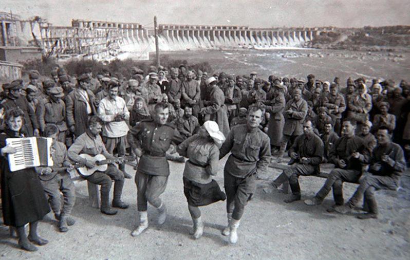 Восстановление ДнепроГЭСа. Выступление самодеятельности бойцов 11-й инженерно-строительной бригады. 1944 г.