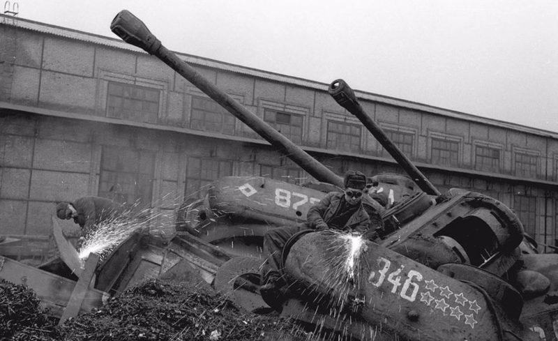 На заводе Запорожсталь разрезают списанную бронетехнику. 1944 г.