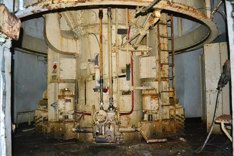 Бронебашня сдвоенных 75-мм орудий блока №2 снаружи и внутри.