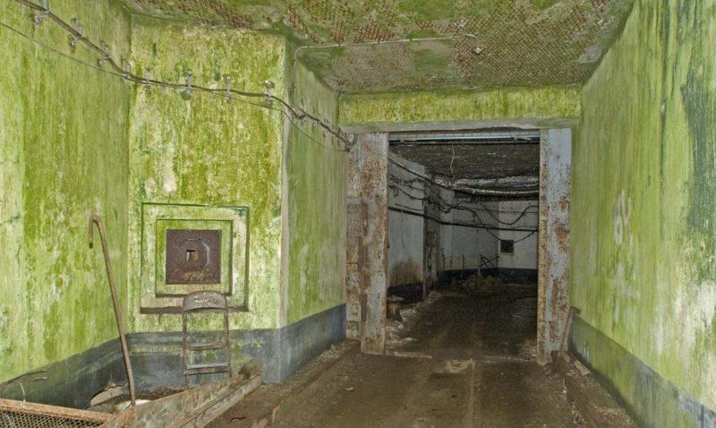 Пулеметная амбразура и двери шлюза во входном блоке для поставок боеприпасов.
