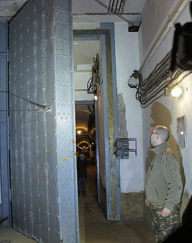 Одна из бронированных дверей подземелья.