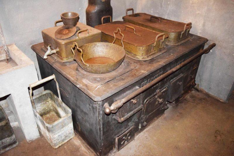 Угольная печь на кухне.