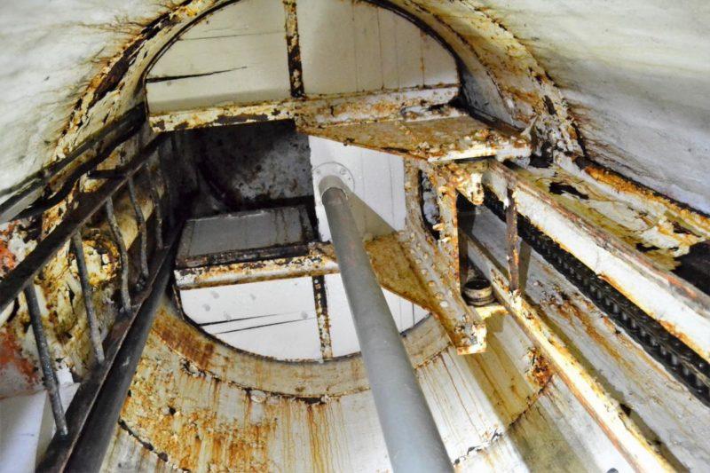 Пулеметная бронебашня форта снаружи и внутри.