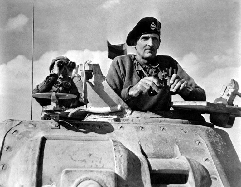 Бернард Монтгомери наблюдает за продвижением своих войск.