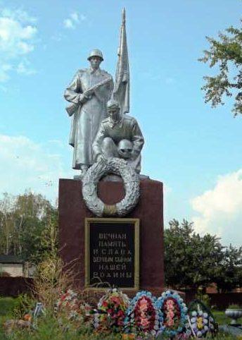 сл. Белая Беловского р-на. Памятник у районного дома культуры, установленный в 1954 году на братской могиле, в которой похоронено 502 советских воина, в т.ч. 236 неизвестных.