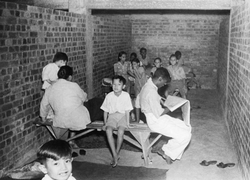 Сингапурцы в бомбоубежище.