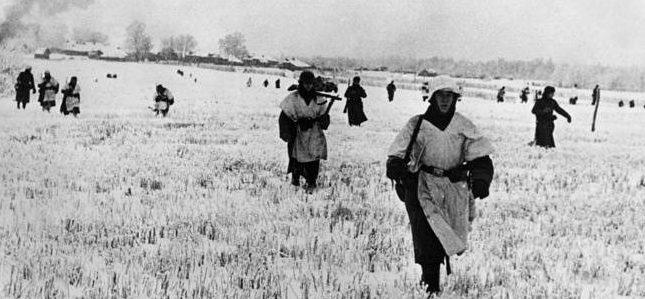 Немецкая пехота на подступах к городу.