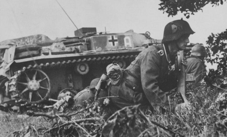 Унтер-офицер Вермахта на фоне штурмового орудия StuG III под Новороссийском. Апрель 1942 г.