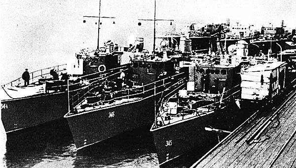 Тральщики-«стотонники» на Балтийском заводе. 1944 г.