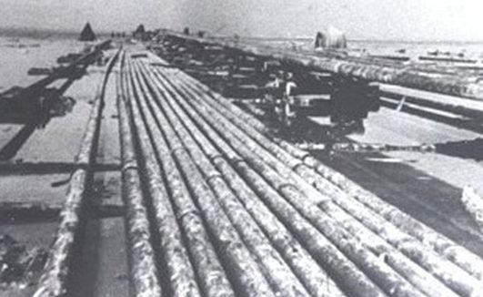 Сборка двухсотметровых плетей трубопровода на береговой строительной площадке.